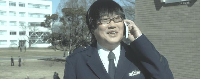 米沢はうれしそうに冠城を学校で待つ