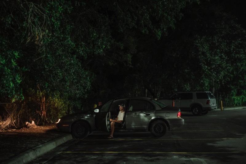 Através dos Estados Unidos, o estacionamento do Walmart se tornou uma espécie improvisada de acampamento. É lá que dezenas de vans, trailers e carros de viajantes, nômades e aqueles sem teto se juntam. Lá, eles passam a noite seguindo algumas regras improvisadas e parece que esse costume é tão conhecido que o NY Times enviou uma dupla de fotógrafos para explorar o que existe nesses estacionamentos.