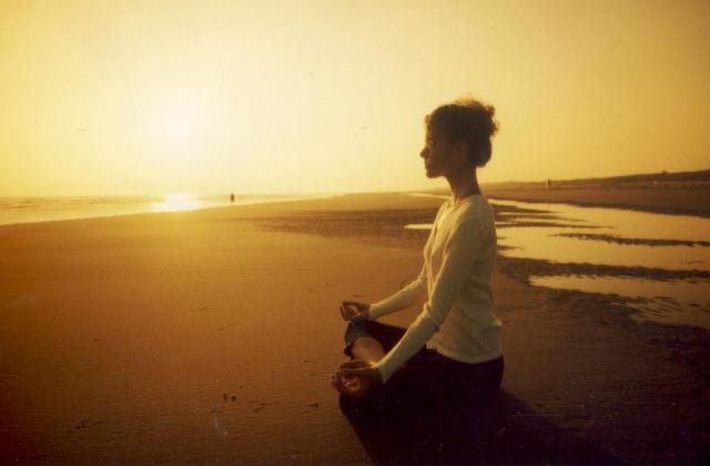 beneficios de la playa en otoño - meditacion
