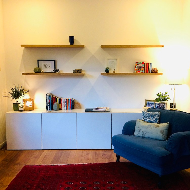 solid oak floating shelves in natural oak, in white living room in Belgium