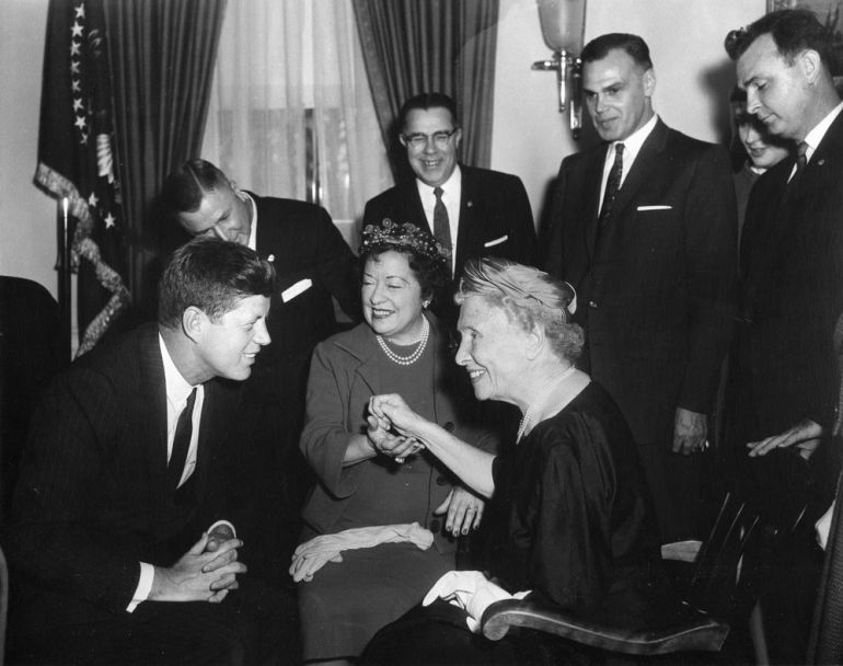 O presidente John Kennedy se encontra com Helen Keller