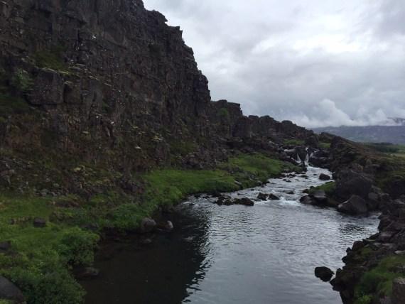 falha geológica onde se encontram duas placas tectônicas (lugar de criação do primeiro parlamento islândes há mais de mil anos)
