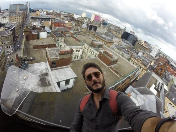 uma foto no topo do farol no centro da cidade