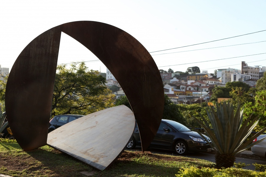 """""""O triângulo dá passagem à representação popular e aponta o caminho da construção democrática; o círculo simboliza a aliança sociedade - Poder Legislativo, fonte síntese da vontade geral."""" Amilcar de Castro, artista e autor da obra que enfeita a entrada da Câmara Municipal de Belo Horizonte"""