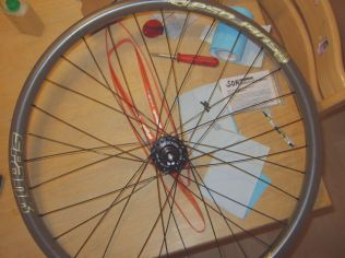 Guiding spokes at left side inserted. All spokes are in place.