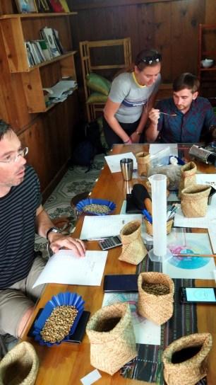 K'HO coffee farm: proces praženia, zapisovanie váhy