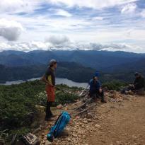 肌寒い山頂を避けて標高落としたポイントで休憩