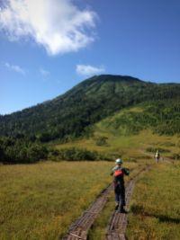 しばらく登って到着した熊沢田代(2番目の湿原)からの俎板嵓山