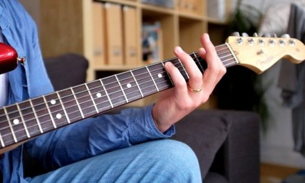 Blues Guitar Lesson – How To Play Rhythm And Lead At The Same Time