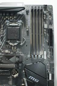 Oh, was ist das? Links oberhalb der DIMM-Slots ist doch tatsächlich ein Corsair-Link-Header; damit spart man sich die Link-Node.