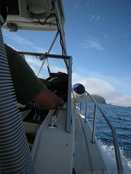 110505小笠原父島波を立ててボートは進む