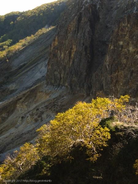 170924硫黄岳の火口壁と紅葉