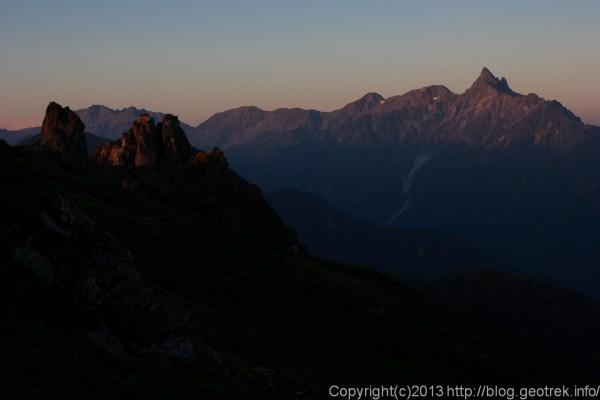 130923槍穂縦走、夜明け前の光に照らされる槍ヶ岳