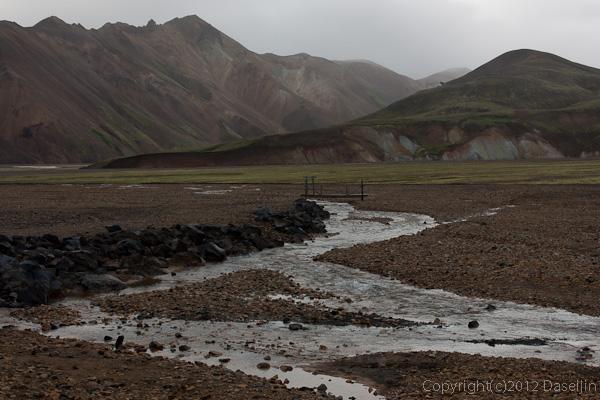 120809アイスランド、グリーンランドの旅・Blahnukurへ小さな橋を渡ります。