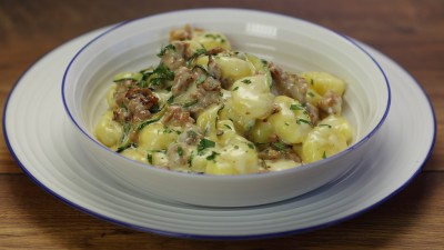 Gnocchi fonduta, zucchine e salsiccia