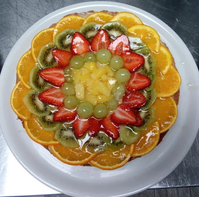 Crostata di frutta con crema bianca