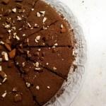 Torta al cioccolato con burro di arachidi e mandorle.