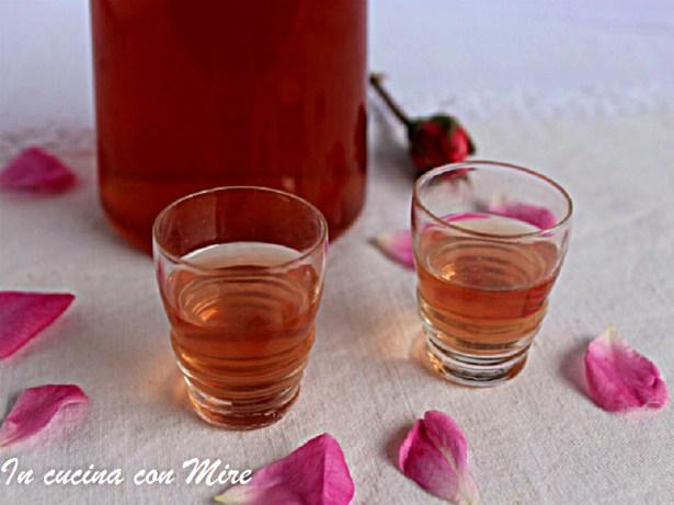 Rosolio home made di rosa damascena