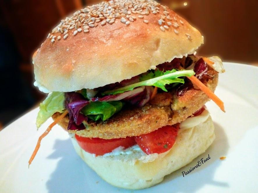 Burger Buns con hamburger di tonno, pomodori, maionese e insalata