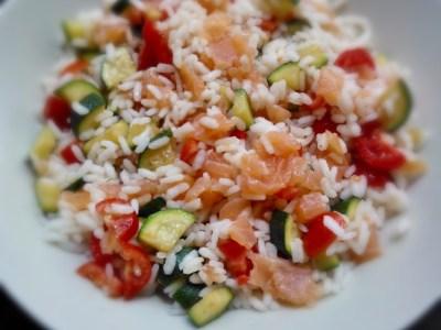 Insalata di riso con zucchine salmone affumicato e pomodorini