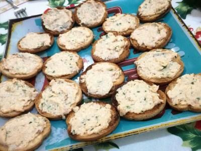 Bruschette con paté di salmone affumicato e erba cipollina
