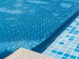 A cor da capa térmica da piscina afeta o desempenho dela