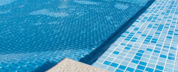 A cor da capa térmica da piscina afeta o desempenho dela?