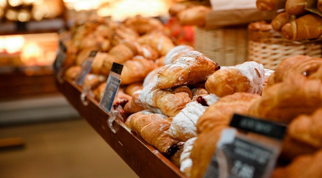 Croissant y dulces como desayuno