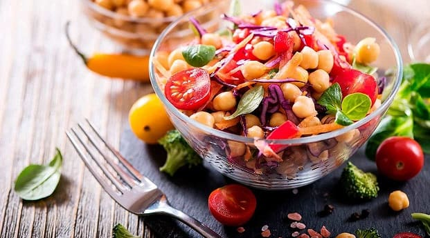 Healthy food restaurants in Madrid have an attractive menu where you can try vegetable dishes such as this bowl of fresh tomato and chickpeas.