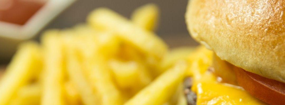 Noi ce mai mâncăm? Alege livrare burger în Timișoara și diversifică meniul