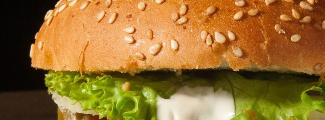 Burger delivery Cluj: soluția rapidă pentru o masă delicioasă