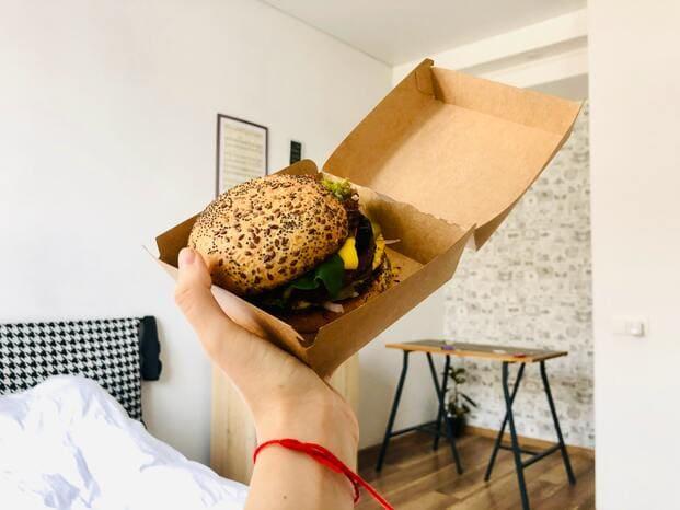 Una hamburguesa es una buena idea de comida para llevar