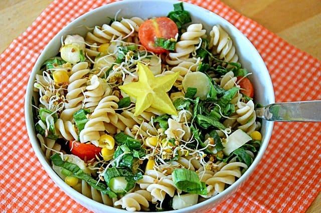 Un plato lleno de ensalada de pasta fría, es un ejemplo de comida de verano