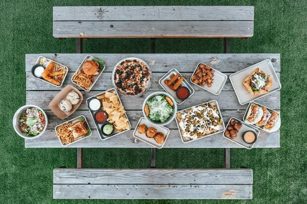 Una mesa llena de productos de Glovo en Lorca