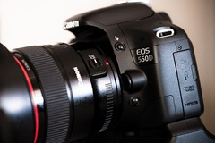 Canon 550D - Quelle: http://commons.wikimedia.org/wiki/File:Canon_EOS_550D-side-flickr_-_by-sa_-_Axel_Bührmann.jpg