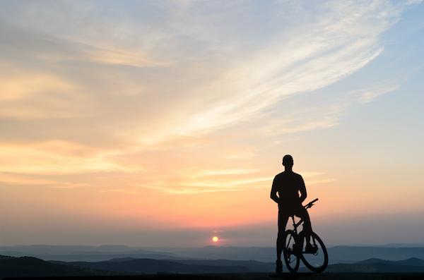 image d'un homme en vélo devant un paysage