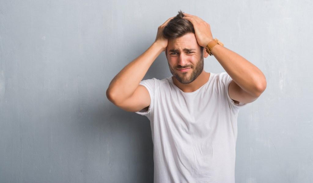 Risques psychosociaux au travail stress souffrance professionnelle homme inquiet