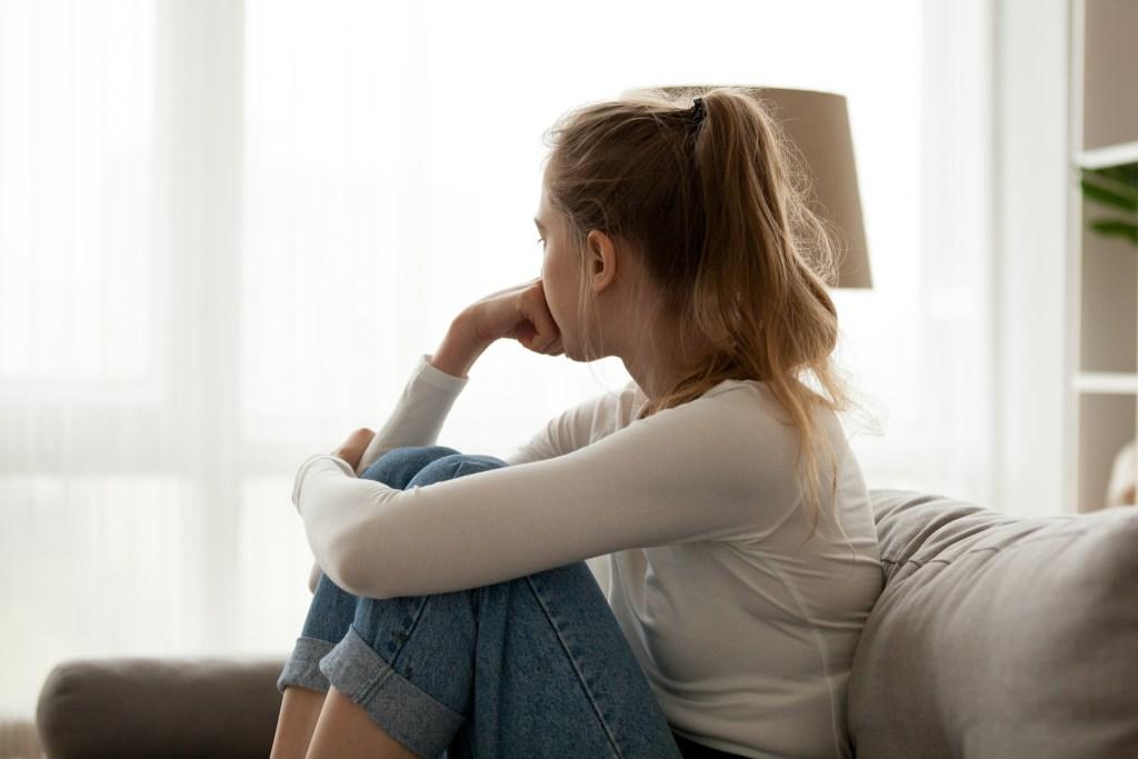 Risques psychosociaux au travail femme pensive