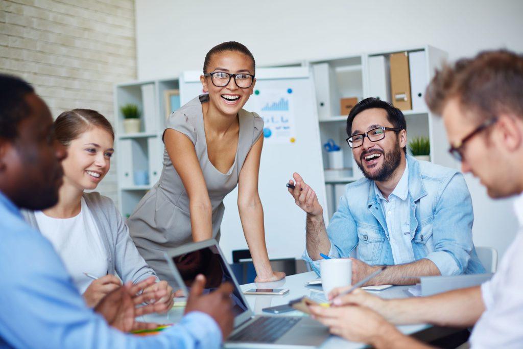 Semaine de la QVT groupe de salariés riant autour d'une table