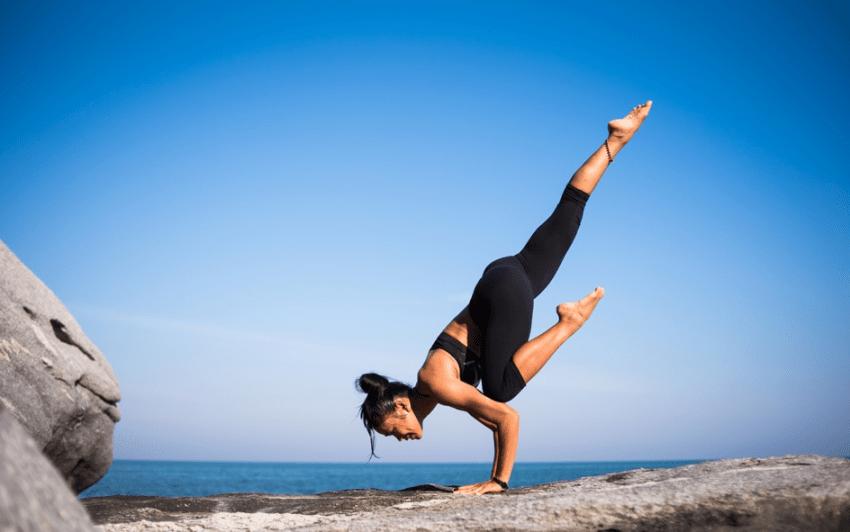 femme yoga sur la roche développement personnel pour être célibataire et heureux