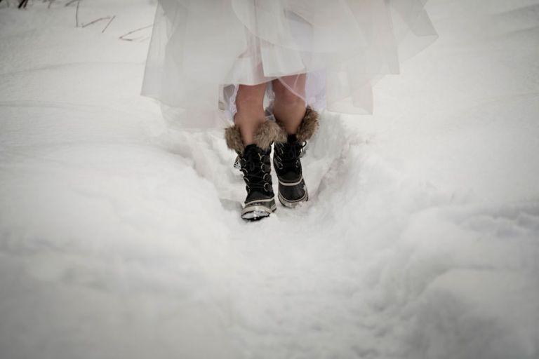 snowy-winter-wedding-ideas-snow-shoes