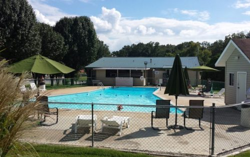 Chattanooga Holiday Travel Park - pool and clubhouse