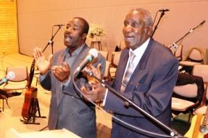 Daniel og Robert synger i Vikstevne
