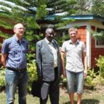 Jarle, Daniel og Ernst foran gjesthuset der vi har bodd en uke