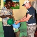 Jarle får den siste Kenyanske håndvasken før han drar