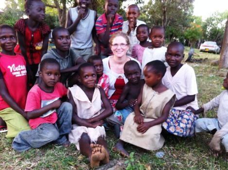 Elisabeth sammen med barna