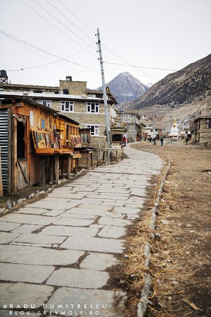 Imagine cu strada principală din Manang, Nepal, 2011.