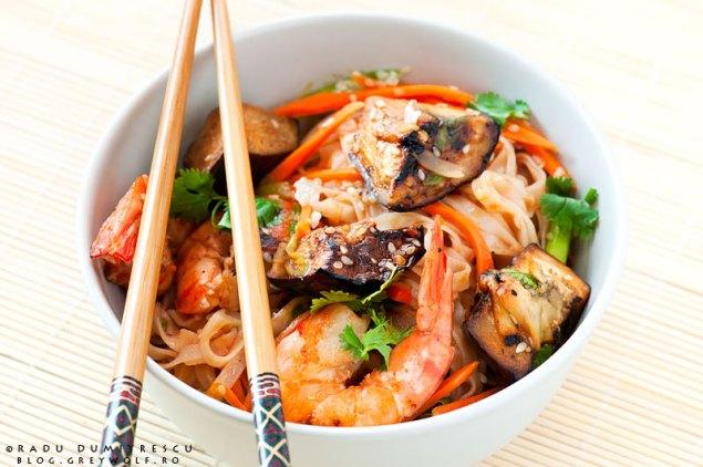 Fotografie culinară - fel de mâncare asiatic cu creveți, tăiței de orez și legume - Radu Dumitrescu