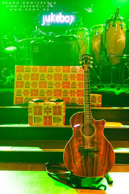 Imagine cu cadourile oferite de trupa Urma la concertul din Jukebox Venue.