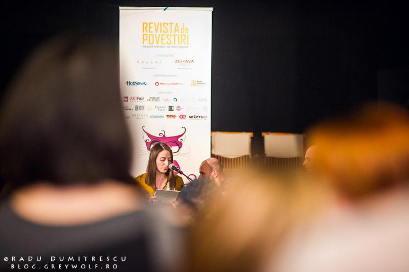 Imagine de la lansarea Revistei de Povestiri - Simina Diaconu, editor sef.